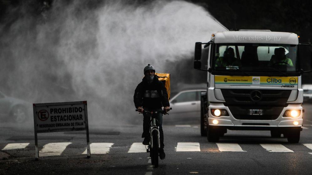 Foto: Un repartidor circula en bicicleta. (EFE)