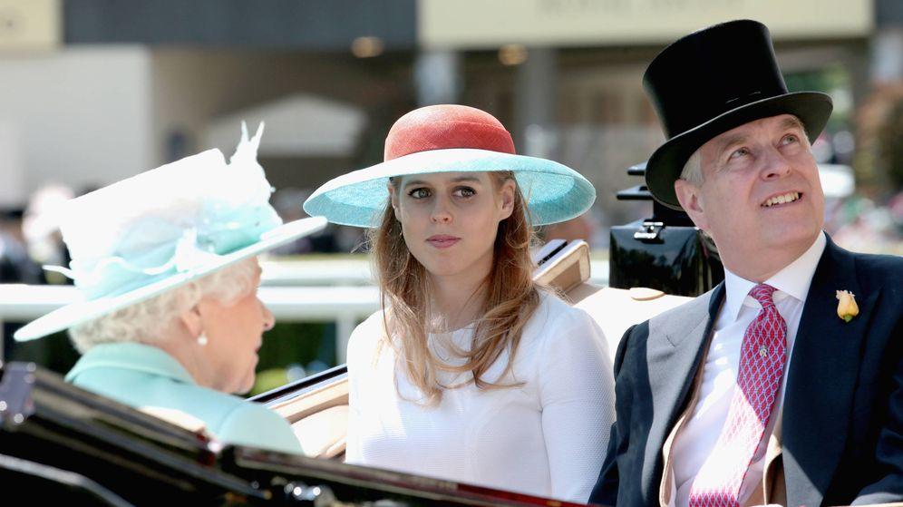 Foto: Beatriz de York junto a su padre, el príncipe Andrés, en una imagen de archivo. (Getty)