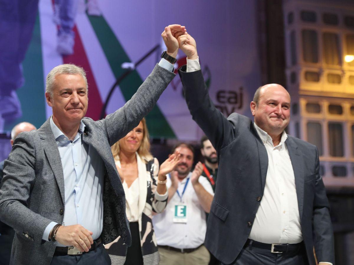 Foto: Iñigo Urkullu y Andoni Ortuzar celebran el triunfo del PNV en Sabin Etxea. (EFE)