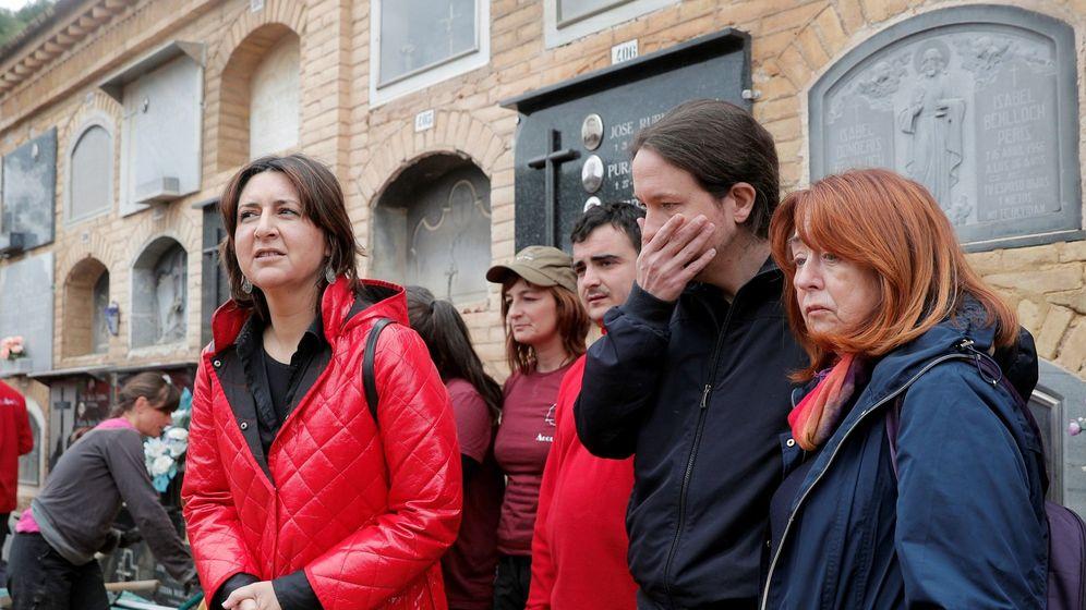 Foto: Pablo Iglesias (2d), junto a su madre (d), durante la visita, este lunes, a los trabajos de exhumación de la fosa número 115 de Paterna (Valencia) en la que se encontaría su tío abuelo fusilado. (EFE)