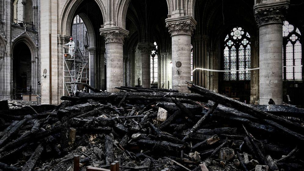 Foto: Trabajador junto a los restos del incendio de Notre-Dame. (Reuters)