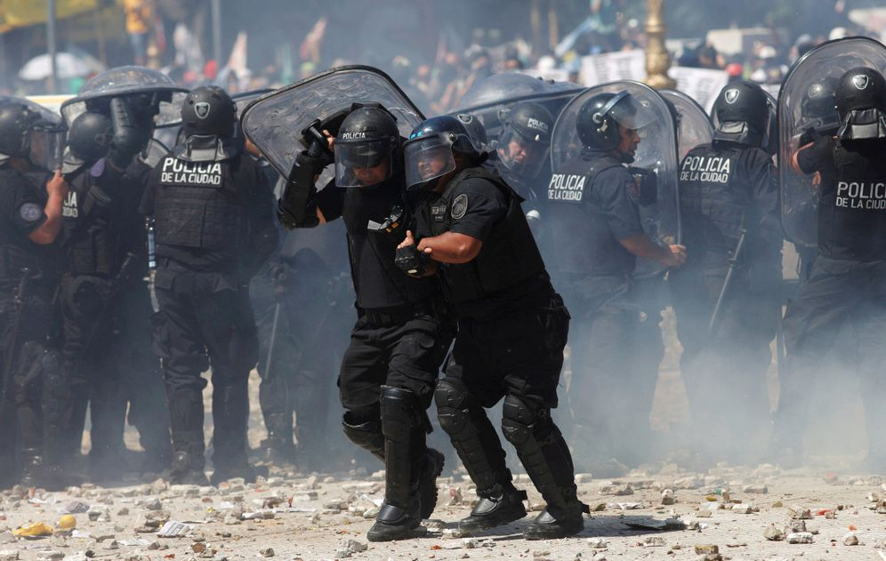 Foto: Varios policías intentar resistir ante las acometidas de los manifestantes en Buenos Aires. (Reuters)