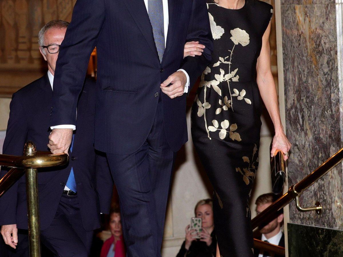 Foto: Letizia, junto al rey Felipe, luciendo el vestido que ahora ha escogido Melania Trump. (EFE)