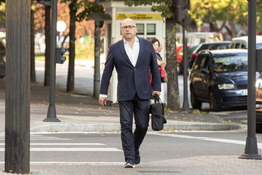 Foto: Alfredo de Miguel, a su llegada al Palacio de Justicia de Vitoria durante una de las sesiones del juicio. (EFE)