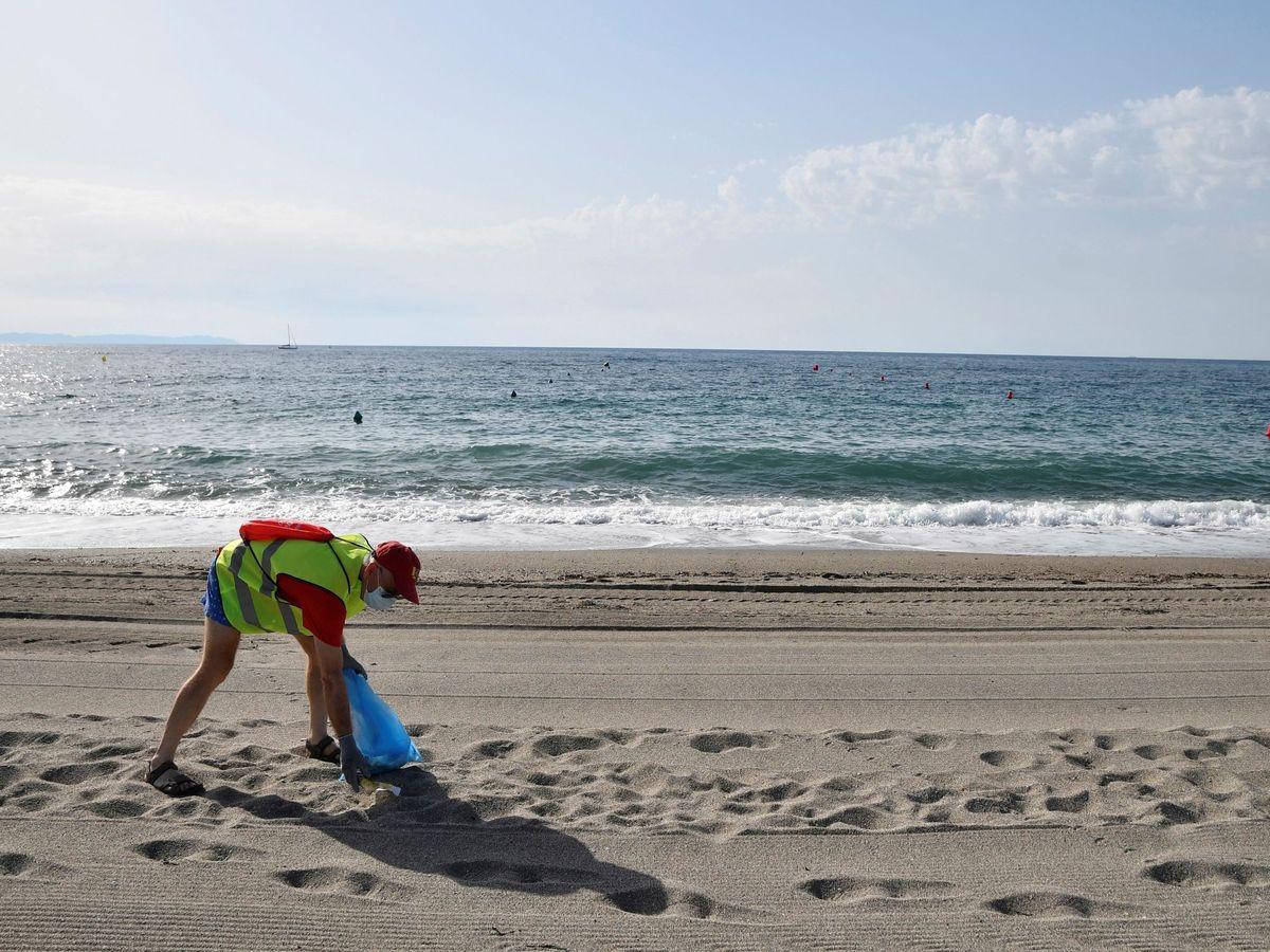 Foto: Recogida de residuos en playas. (EFE)