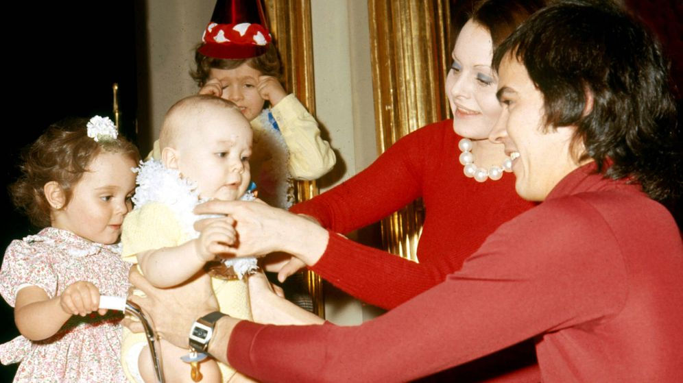 Foto: Rocío Dúrcal y Junior, en una preciosa imagen con sus tres hijos. (Getty)