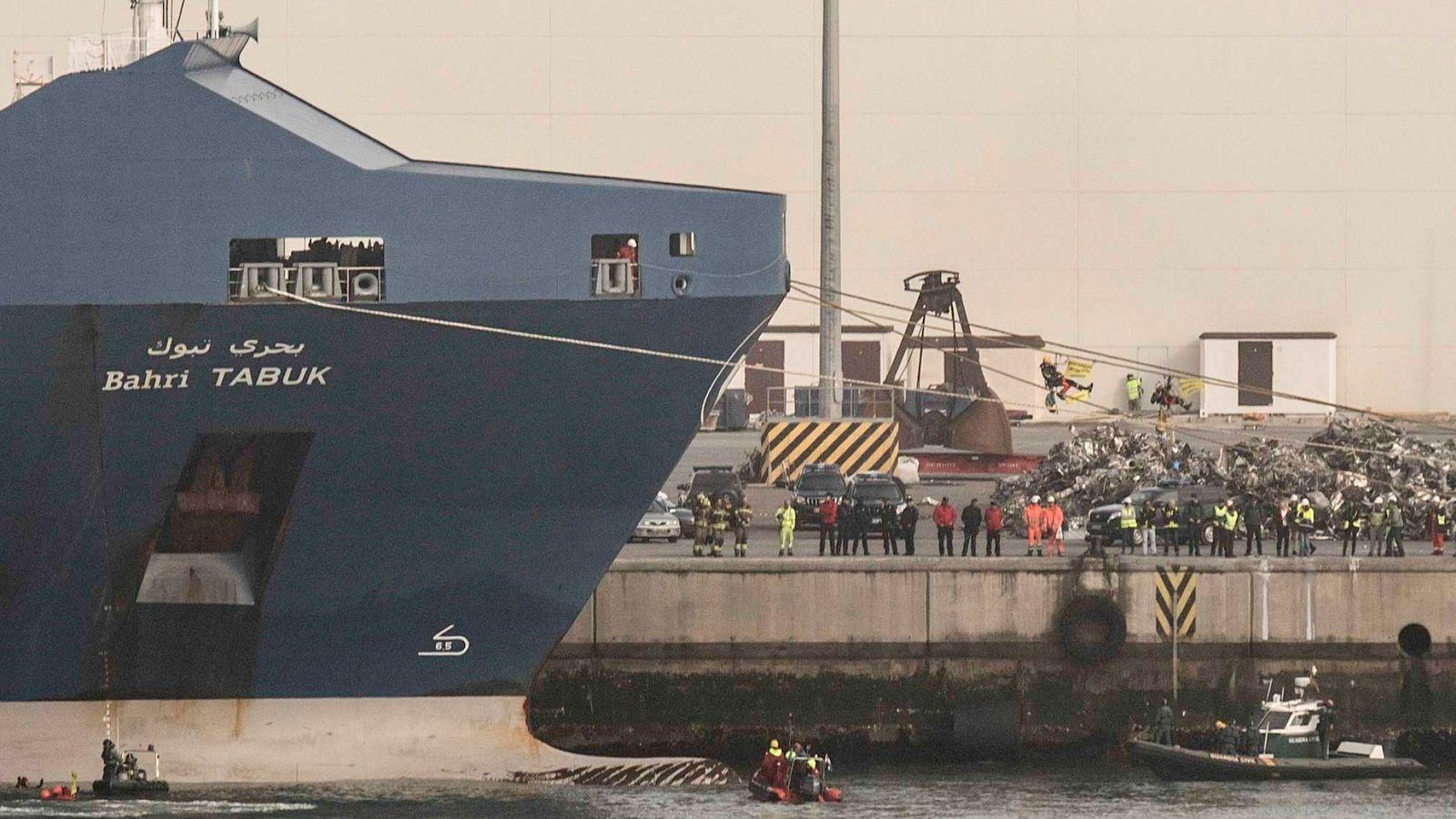 Foto: Protesta de Greenpeace en el puerto de Bilbao por la exportación de armas a Arabia Saudí, el 16 de febrero de 2018. (EFE)