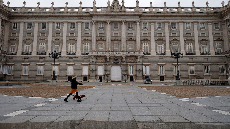 Una imagen reciente del Palacio Real de Madrid, con la explanada prácticamente desierta. (EFE)