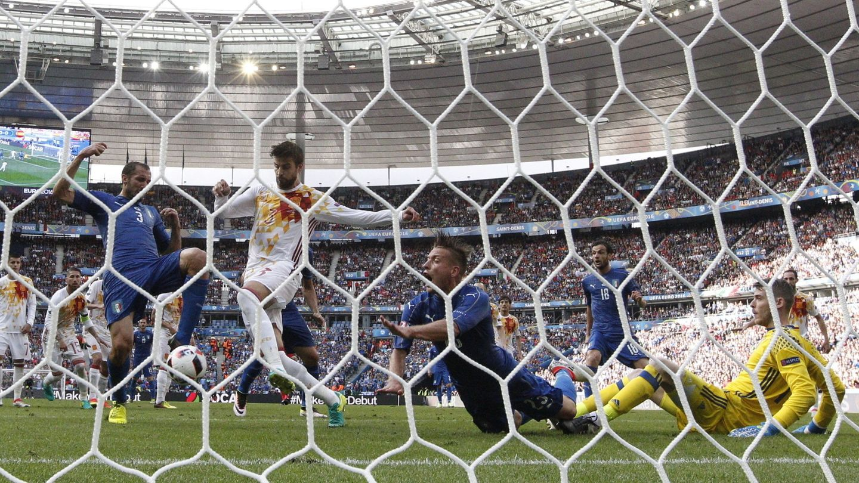 Chiellini remató solo en el primer gol. (EFE)