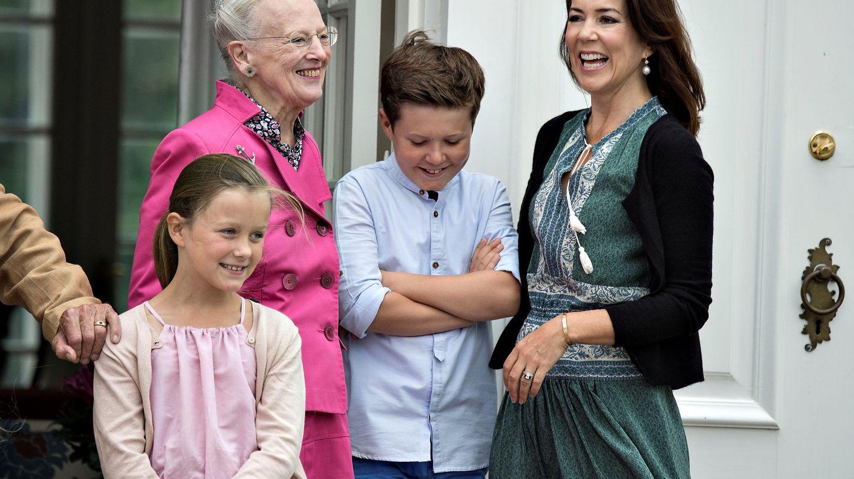 La princesa Mary, la reina Margarita, Isabellla y Christian, en Grasten. (Reuters)