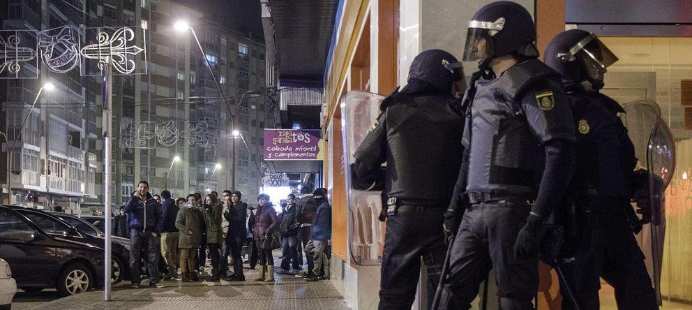 Foto: Miembros del Cuerpo Nacional de Policía en los disturbios en el barrio de Gamonal. (EFE)