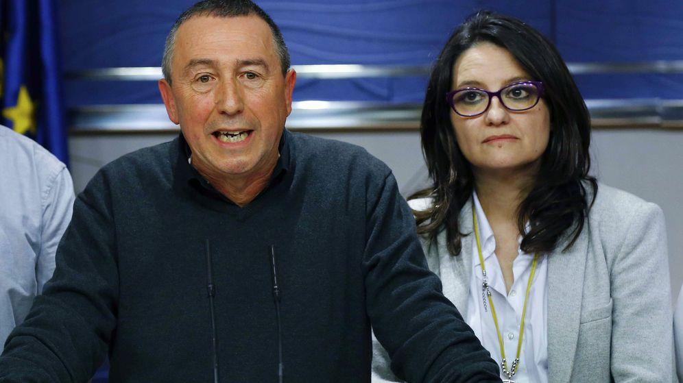 Foto: El diputado Joan Baldoví, con la vicepresidenta de la Generalitat, Mónica Oltra, detrás. (EFE)