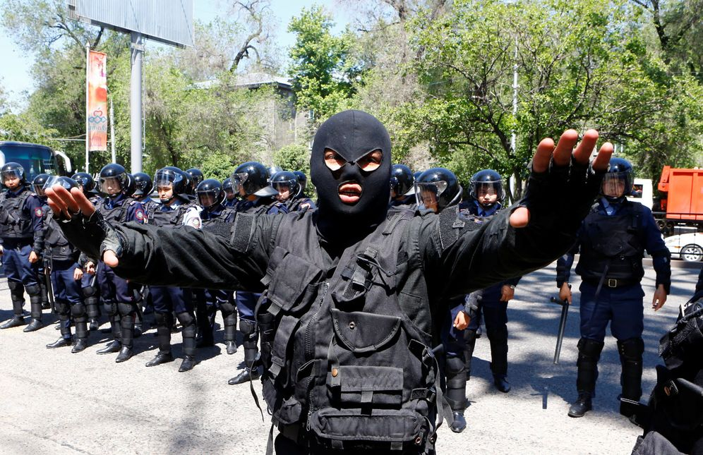 Foto: Un policía gesticula durante una protesta contra el Presidente de Kazajistán, Nursultan Nazarbayev, en mayo de 2016 (Reuters)