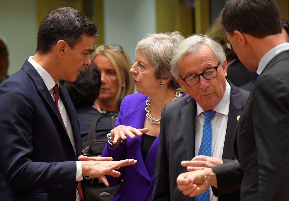 Foto: Pedro Sánchez conversa con Theresa May ante Jean-Claude Juncker el pasado 18 de octubre en Bruselas. (Reuters)