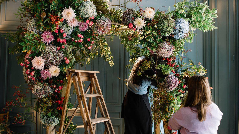 Con las manos en la masa (flores) en el taller de Sally Hambleton. (Cortesía)
