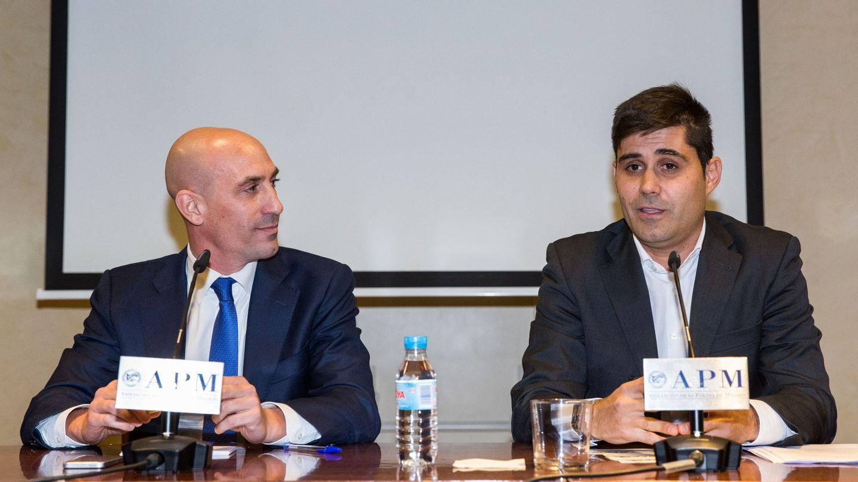 Luis Rubiales (i) y David Aganzo en una rueda de prensa celebrada en noviembre de 2017. (EFE)
