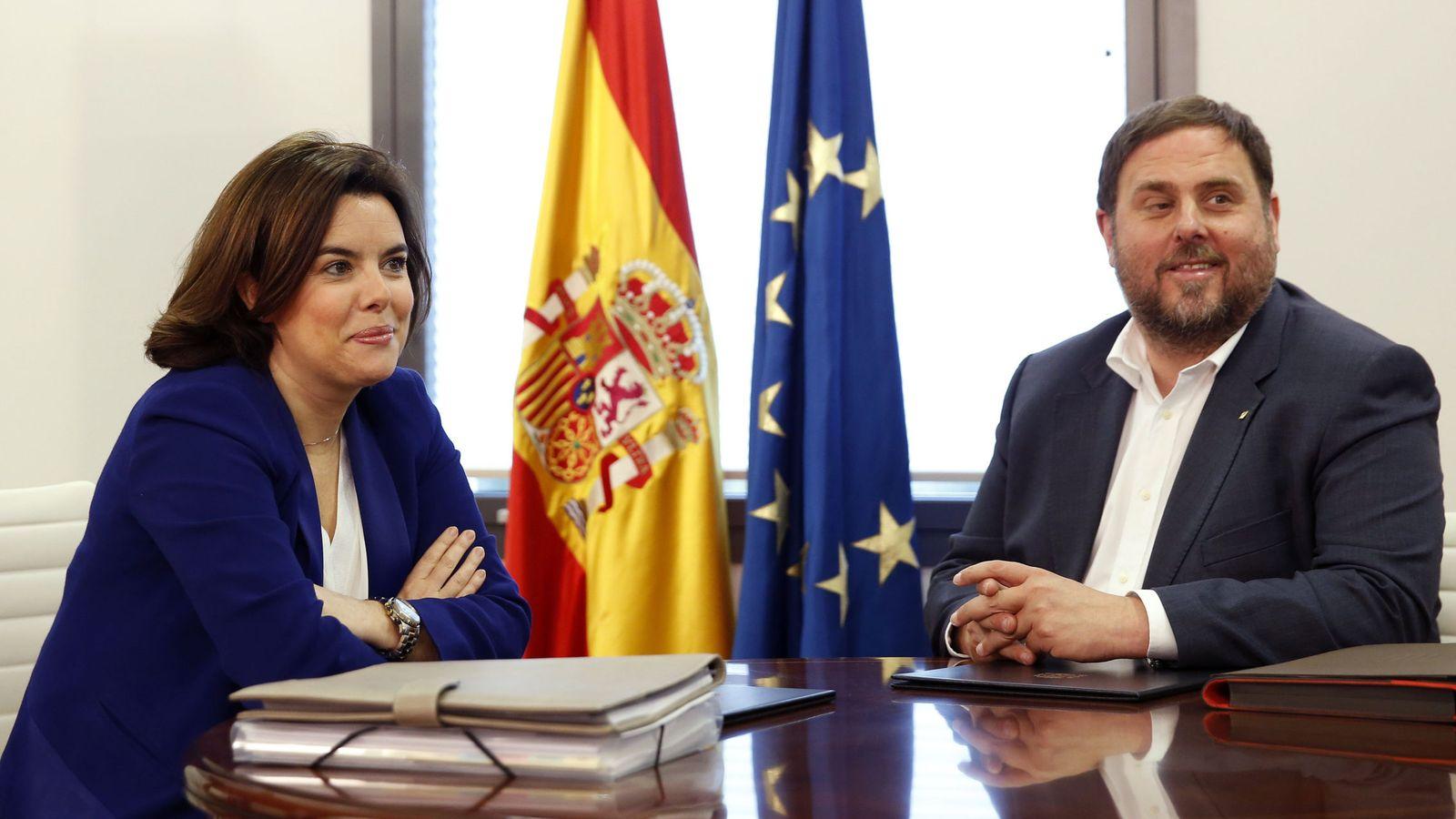 Foto: La vicepresidenta del Gobierno, Soraya Sáenz de Santamaría, junto al dirigente catalán Oriol Junqueras. (EFE)