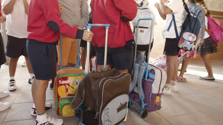 Alumnos con mochilas en un colegio. (EFE)