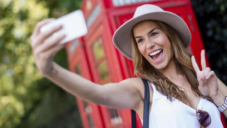 Una mujer se hace un selfi. (iStock)