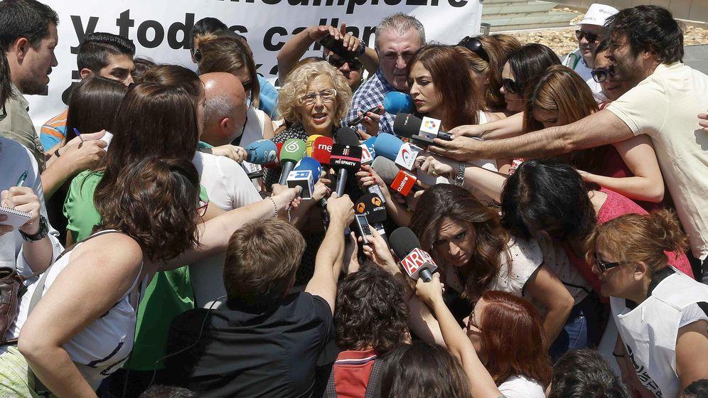 Foto: Manuela Carmena (c) atiende a los medios de comunicación tras la reunión con Goirigolzarri. (EFE)