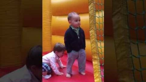 Este niño salta en un castillo hinchable con un estilo que más quisieran muchos