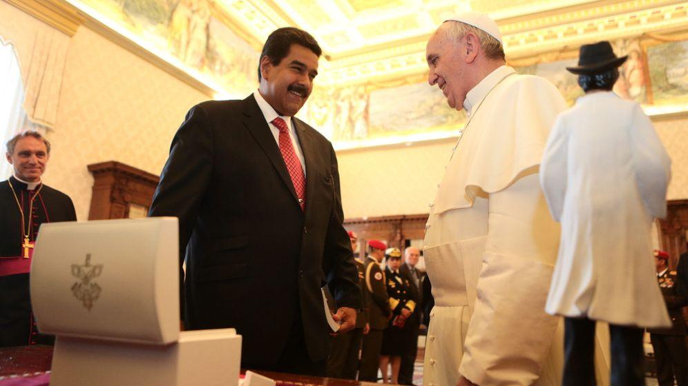 Foto: El presidente de Venezuela, Nicolás Maduro, conversa con el papa Francisco en una visita al Vaticano en 2013. (EFE)