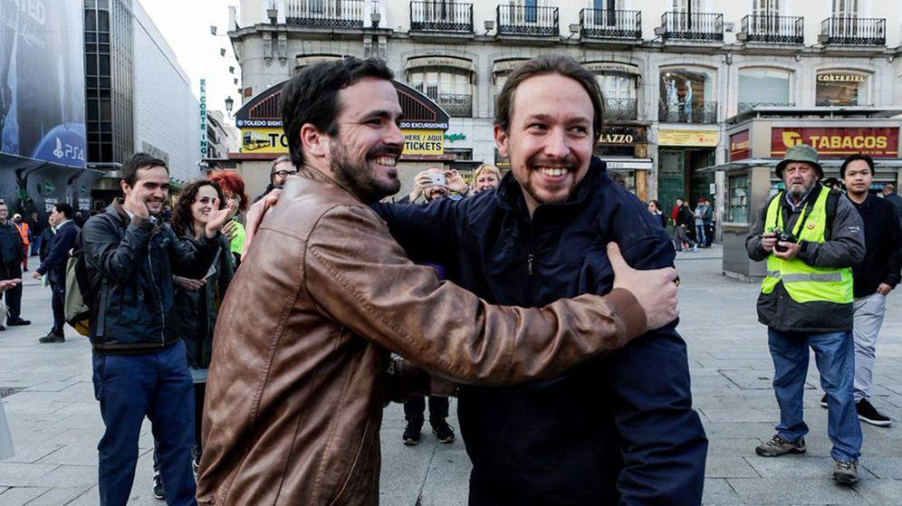 Foto: Iglesias y Garzón anuncian su pacto con un abrazo en Sol, símbolo del 15-M. (EFE)