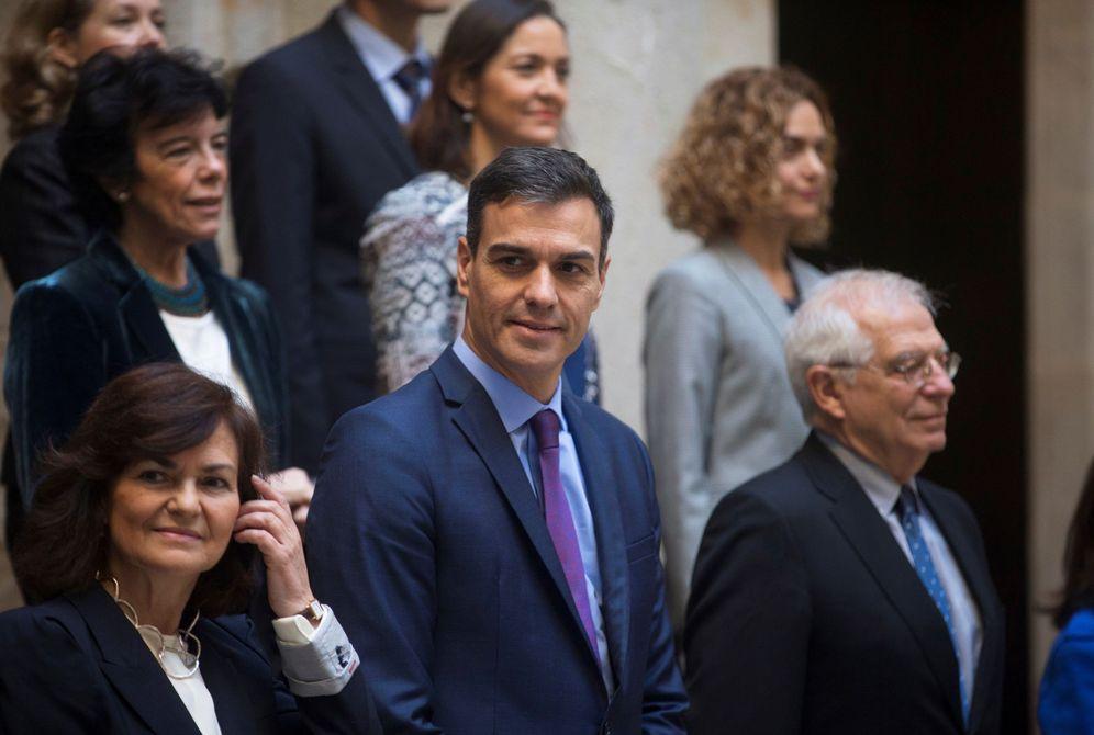 Foto: Pedro Sánchez, con su Gabinete, antes de la reunión del Consejo de Ministros en la Llotja de Mar, este 21 de diciembre. (EFE)