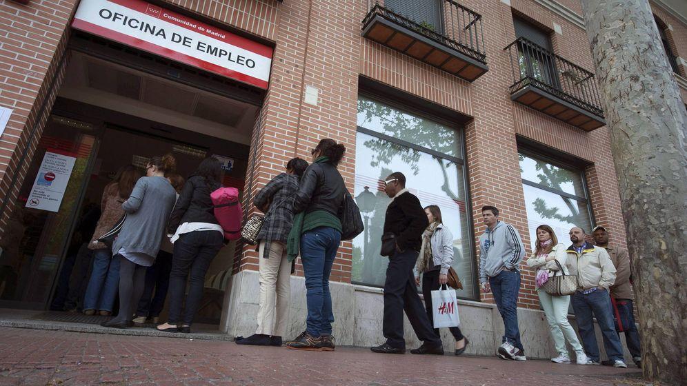 Foto: Personas hacen cola a la puerta del INEM. (EFE)