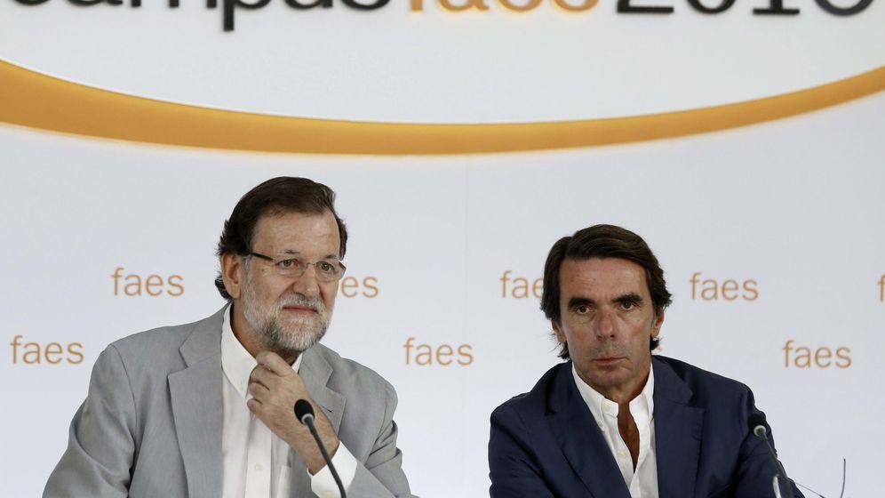Foto: Fotografía de archivo del presidente del Gobierno, Mariano Rajoy (i), y el presidente de honor del PP. (EFE)