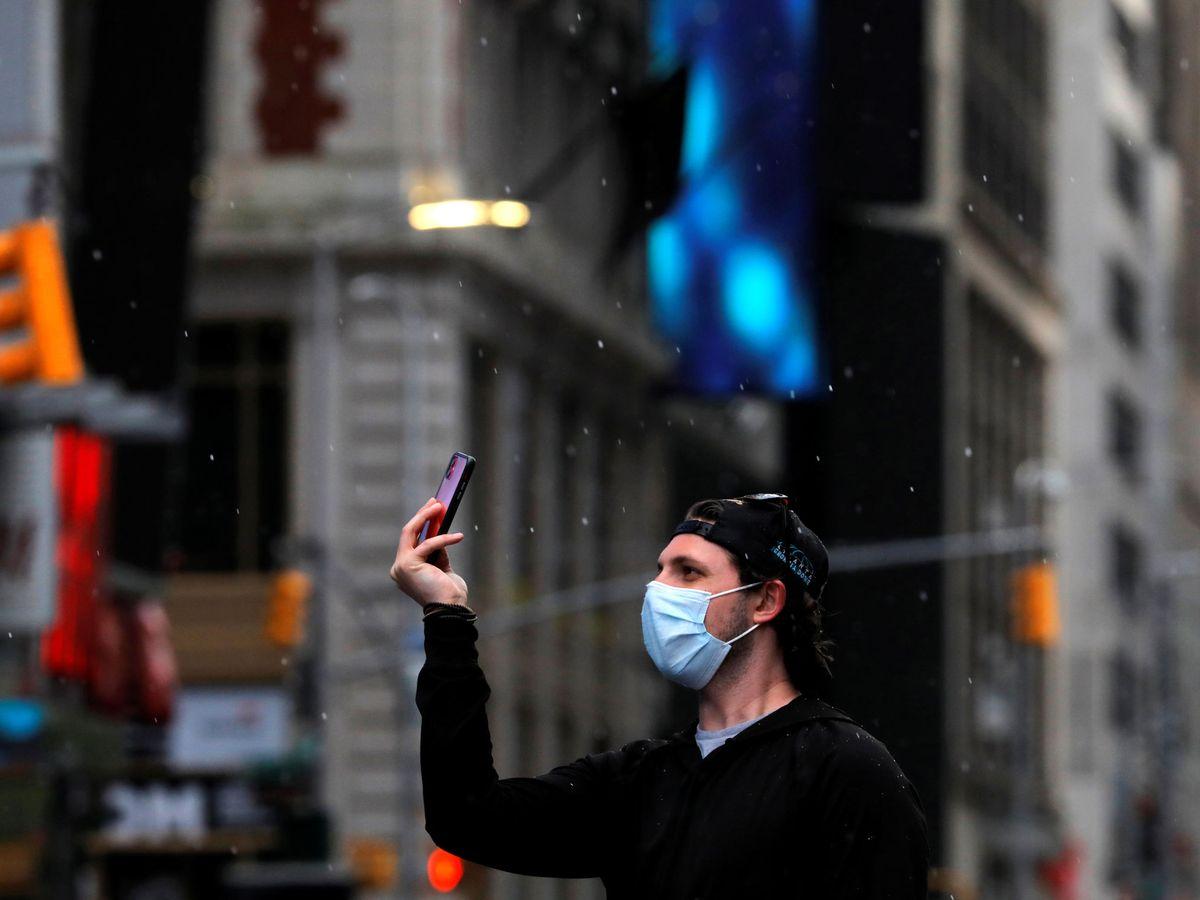 Foto: Un hombre en Times Square, Nueva York (Reuters)