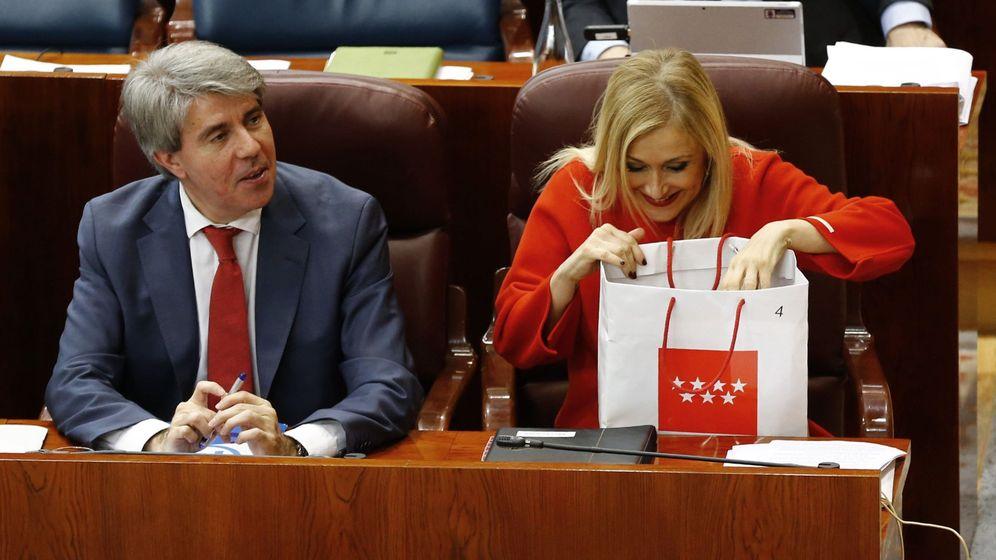 Foto: La presidenta de la Comunidad de Madrid, Cristina Cifuentes (d), y el consejero y portavoz del Gobierno, Ángel Garrido (i), durante la sesión de control al Gobierno del pasado marzo. (EFE)
