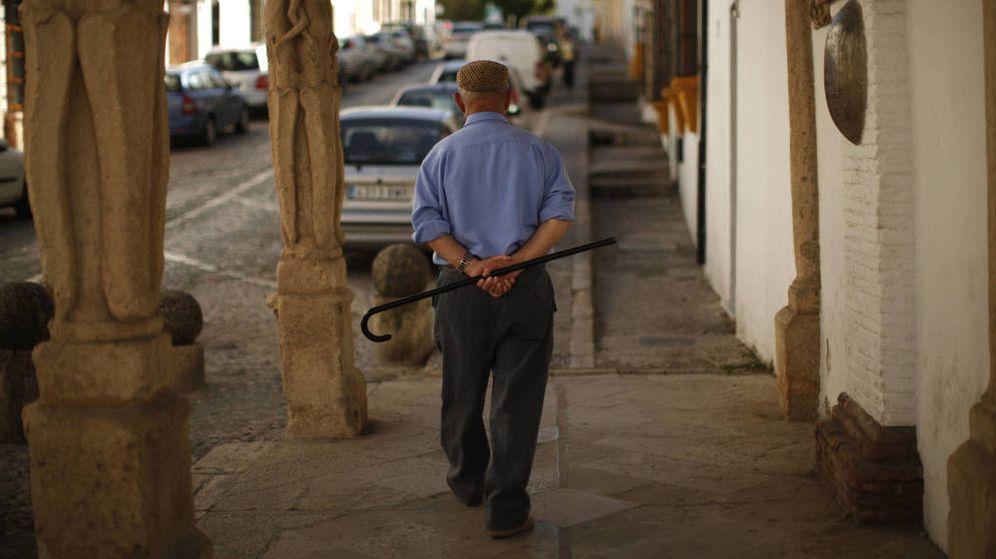 Foto: Un anciano pasea por la calle. (Reuters)