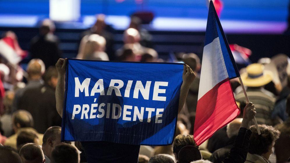 Foto: Partidarios de Le Pen durante un acto electoral en Villepinte, al norte de París, el 1 de mayo de 2017. (EFE)