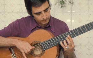 Una vida pegada a una guitarra española