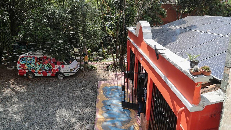 Paneles solares en el tejado de Casa Kolacho en la Comuna 13 de Medellín. Foto: EPM