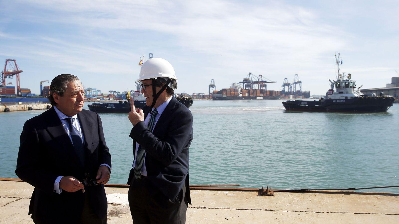 Foto: El presidente de Boluda Corporación Marítima, Vicente Boluda (i), conversa con el presidente del puerto de Valencia, Aurelio Martínez. (EFE)