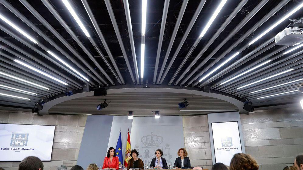 Foto: La ministra de Sanidad, Carmen Montón; la portavoz del Gobierno, Isabel Celaá; la de Trabajo, Magdalena Valerio; y la de Política Territorial y Función Pública, Meritxell Batet. (EFE)