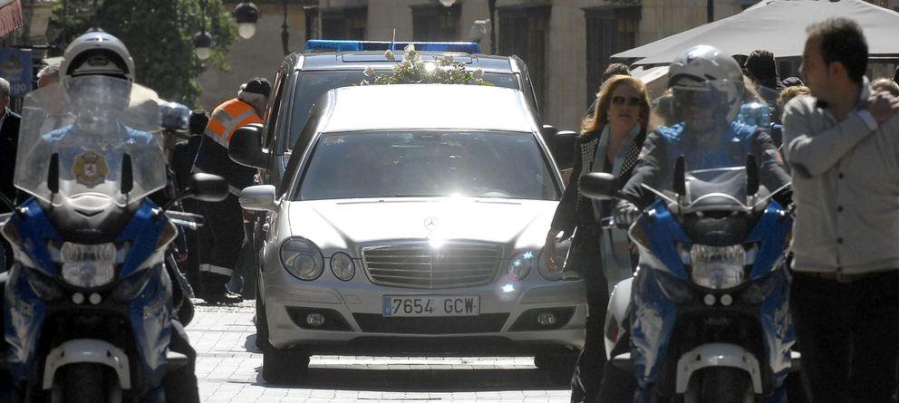 Foto: Un coche traslada el féretro de la presidenta de la Diputación de León, el pasado martes. (Efe)