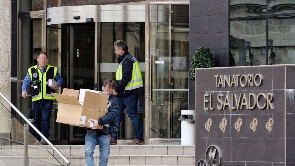Foto: Varios detenidos por incinerar en ataúdes más baratos que los comprados (EFE)