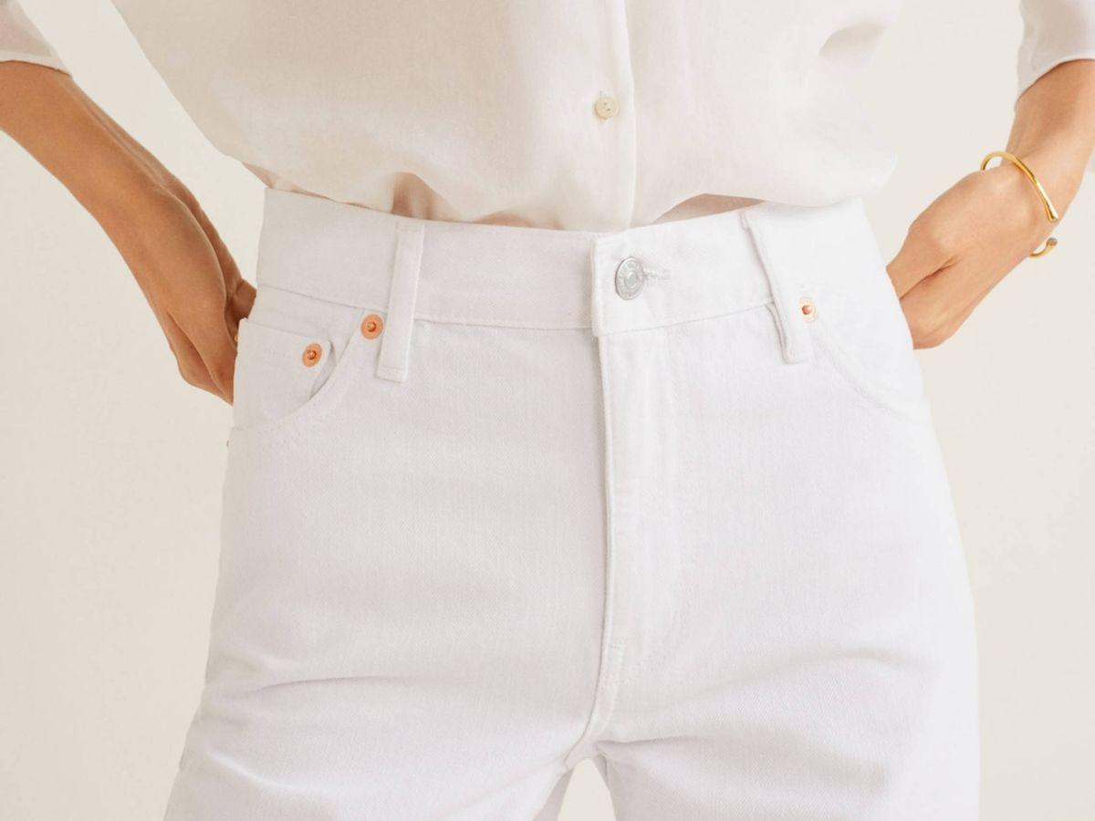 Foto: El pantalón vaquero blanco de Mango Outlet. (Cortesía)