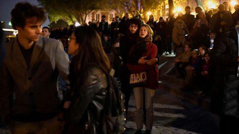 Los parisinos se vuelcan con el incendio  de Notre-Dame entre rezos, lágrimas y banderas