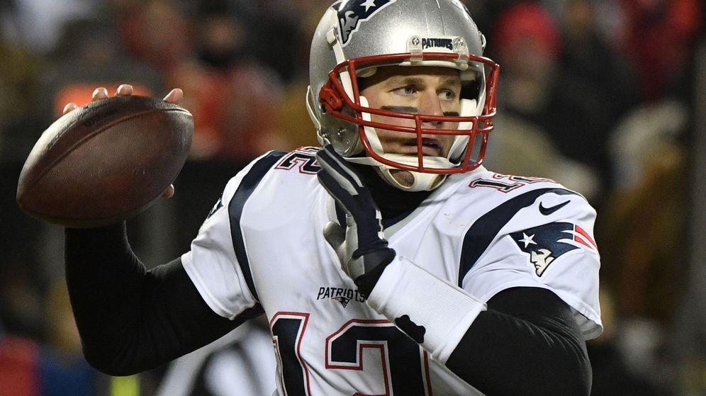 Foto: Tom Brady realiza un pase en la Super Bowl. (Reuters)