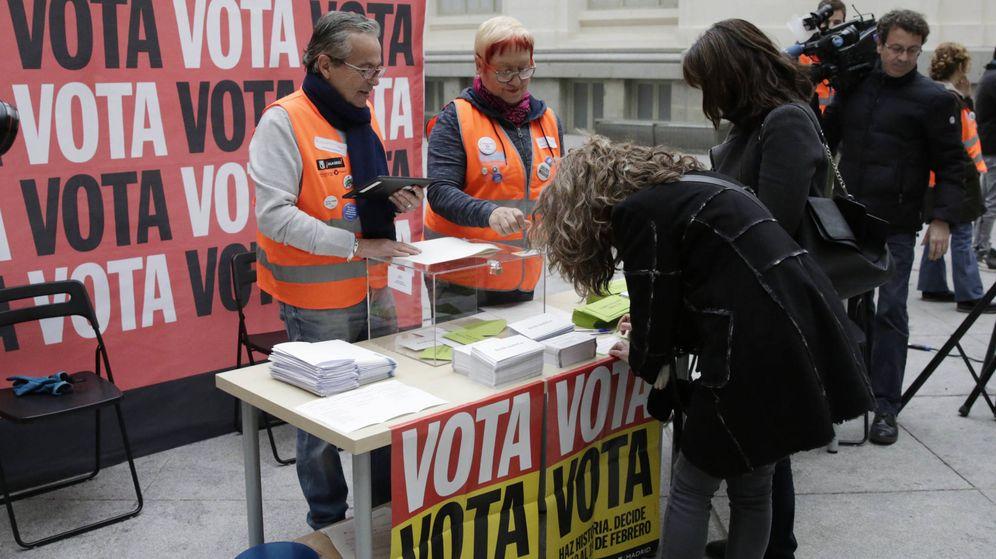 Foto: varias personan votan en las urnas colocadas en el Ayuntamiento de Madrid