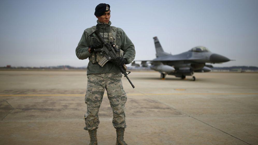 Foto: Un soldado estadounidense monta guardia frente a un F-16 en una base aérea, en enero de 2016 (Reuters)