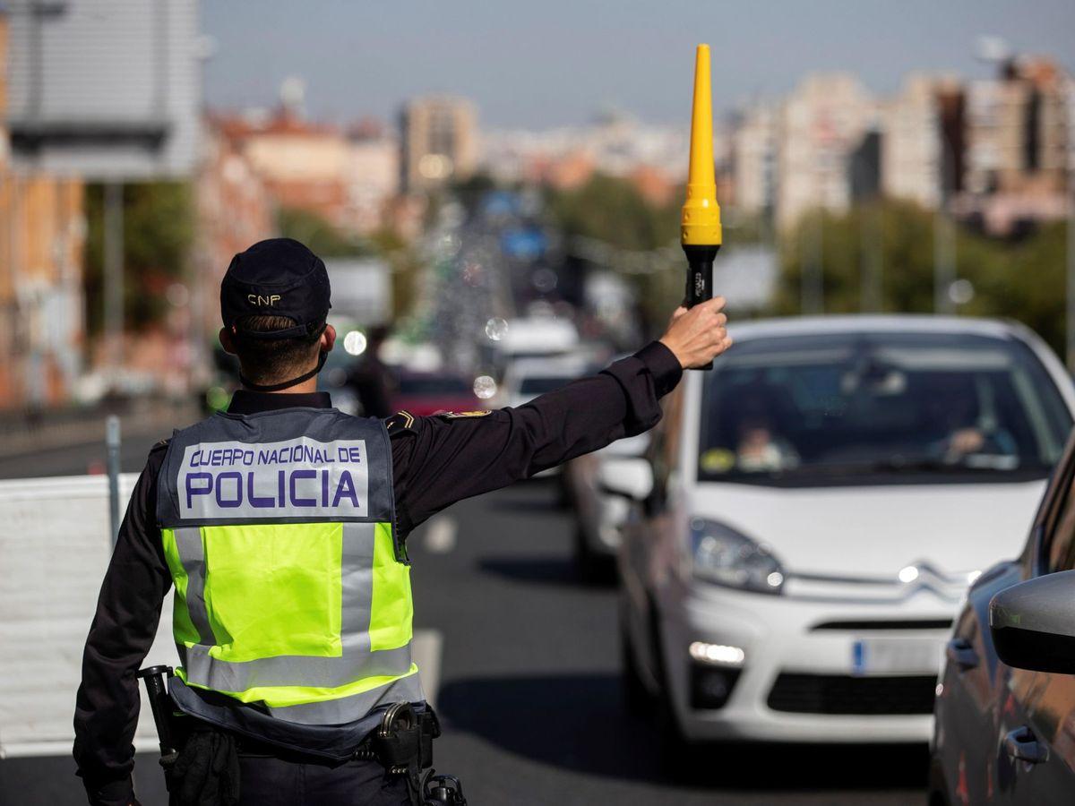 Foto: Agentes de la Policía Nacional en un control tras la aplicación del estado de alarma. (EFE)