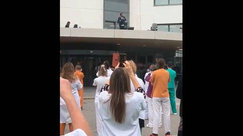 Antonio Orozco da un concierto solidario por sorpresa en el tejado de un hospital