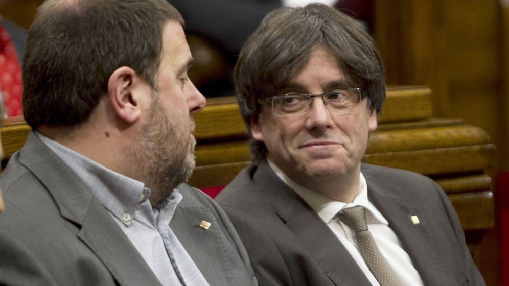 Foto: Junqueras y Puigdemont en un pleno del Parlament en 2016. (EFE)