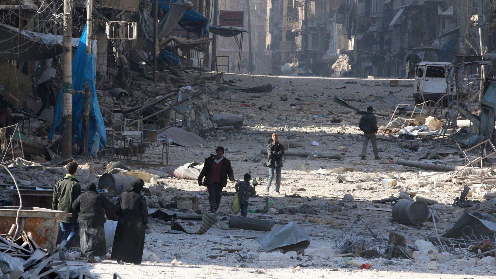 Foto: Civiles huyen entre escombros de la ofensiva contra el este de Alepo, el 28 de noviembre de 2016 (Reuters)