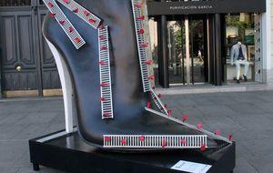 Los zapatos gigantes se apoderan de Serrano